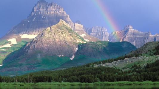 被彩虹壁纸照亮的山