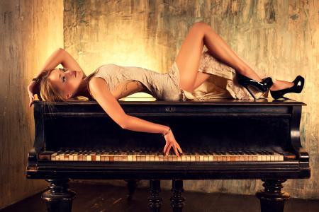 钢琴壁纸上的女孩