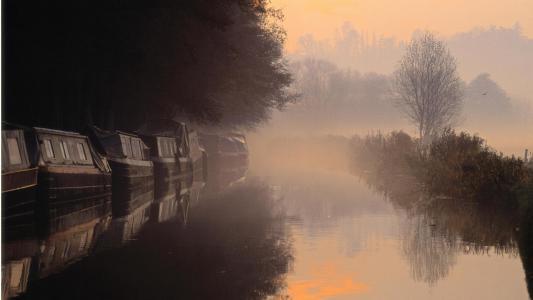 早上在萨里英格兰壁纸江雾