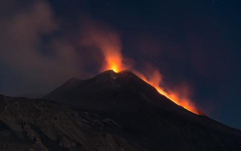 火山熔岩喷发晚上高清壁纸