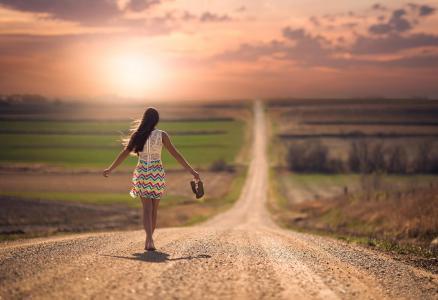 路上赤脚壁纸的女孩