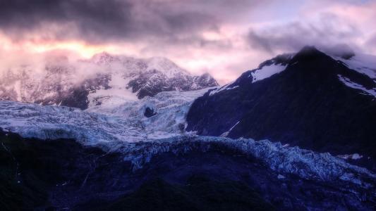 雪山上空的紫色云彩