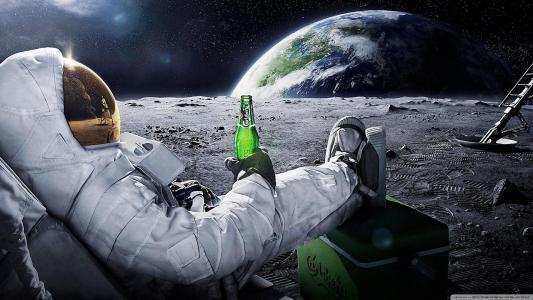 你能相信他们把啤酒放在月亮壁纸上吗?