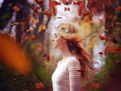 秋天的金发女孩,树叶飞舞,风壁纸