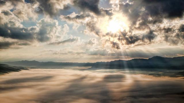 天空透过云彩的光线图片