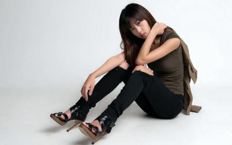 时尚韩国女孩,坐在地板壁纸上