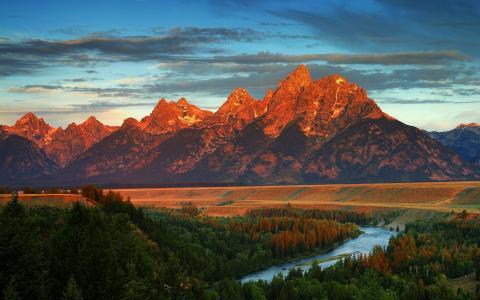 美国怀俄明州山区森林河在秋季壁纸
