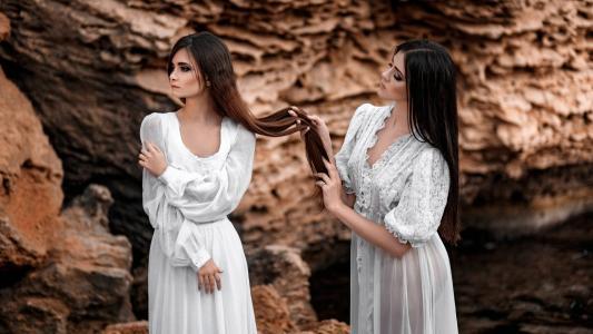 两个女孩,长长的头发,白色礼服壁纸