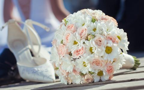 婚礼鲜花,花束,粉红玫瑰和白雏菊,鞋壁纸