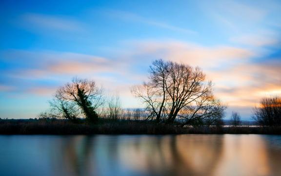 蓝色天空唯美风景桌面壁纸