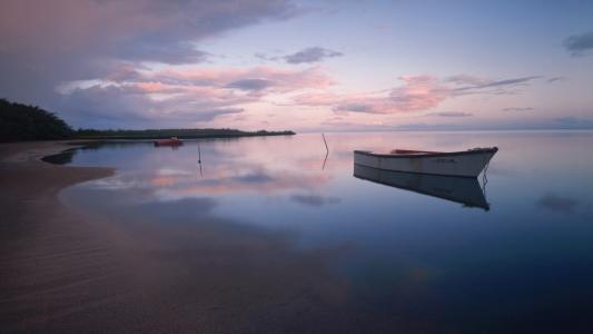 空海滩壁纸上的小船