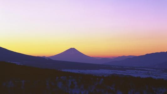 美丽的火山剪影在黄昏壁纸