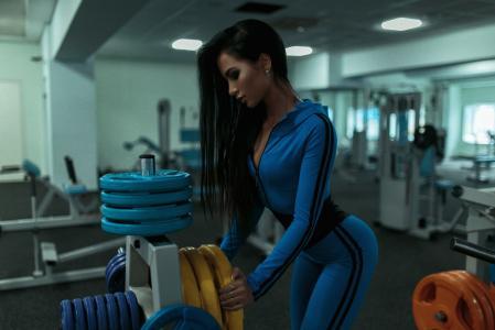 健身房的黑发女孩壁纸