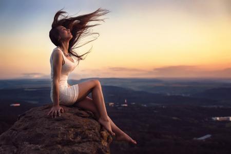 闭着眼睛,妇女,白色礼服,景观,坐,山顶上的壁纸