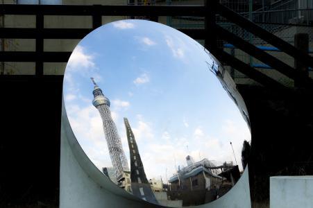 天空树反映在镜子免费照片