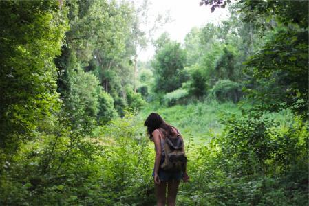 年轻,女孩,长长的头发,黑妞,背包,背包,牛仔短裤,背心,草,树,人,自然