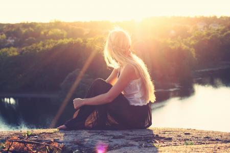 女孩,金发,长长的头发,漂亮,美丽,人,日落,看,看,河,水,树,性质,美女
