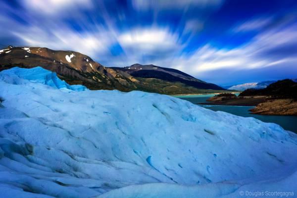 白色的雪覆盖山俯瞰棕色的山下白色和蓝色的天空高清壁纸