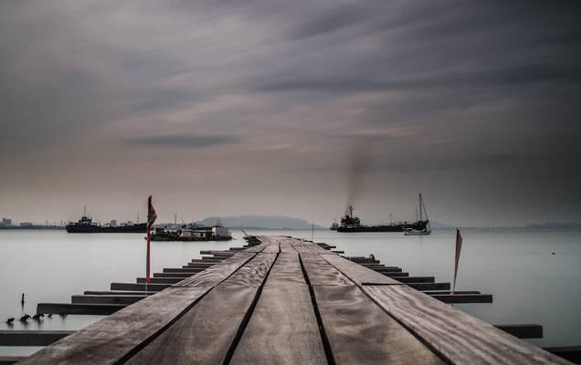 棕色的木制海码头在遥远的三艘船,乔治敦高清壁纸