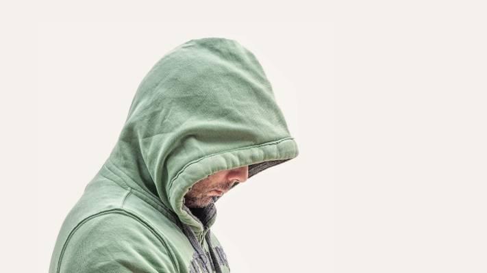 人穿着绿色连帽外套高清壁纸