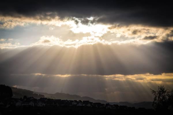 多云的天空与太阳光线的照片高清壁纸