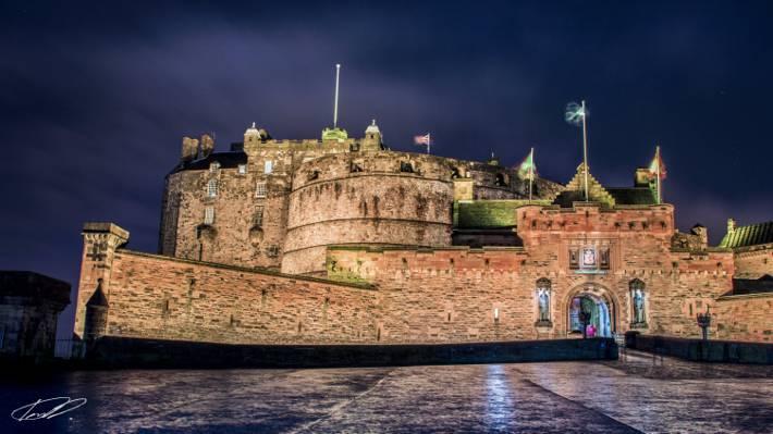 棕色城堡与多云的天空,在晚上的时间,爱丁堡城堡高清壁纸下的标志