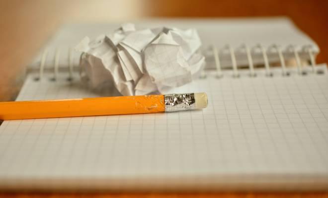 橙色铅笔与白色的内衬纸高清壁纸