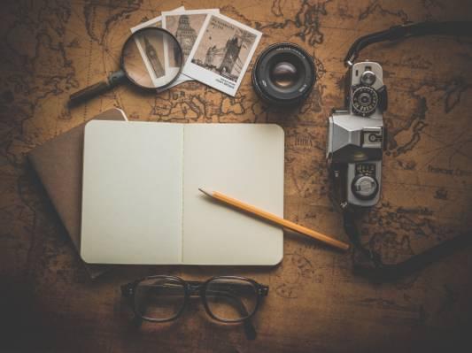 摄影的铅笔在相机附近的白色笔记本高清壁纸