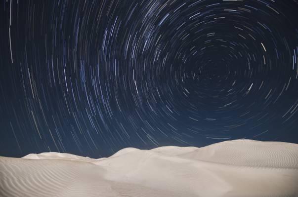 黑暗的天空下的沙漠高清壁纸