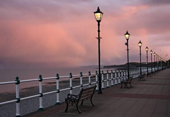 褐色的木制长椅,靠近海洋,penarth高清壁纸