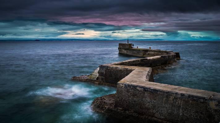 棕色混凝土码头在蓝色水体中的高清壁纸
