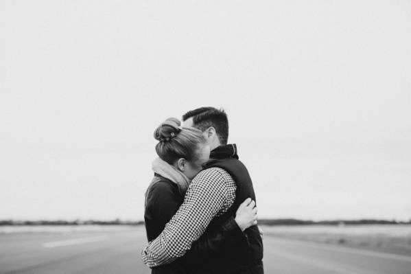 男人和女人互相拥抱高清壁纸