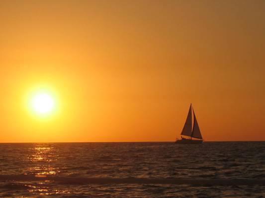 帆船在黄金时段高清壁纸的剪影