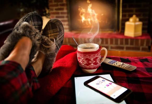 在红色桌高清壁纸上的黑色智能手机旁边的白色陶瓷咖啡杯