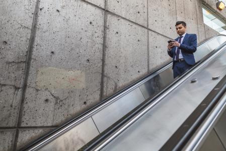 在自动扶梯的商人