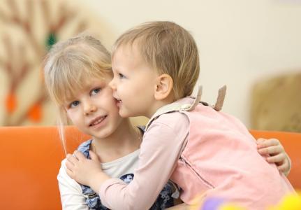 孩子们, 吻, 姐妹们, 金发女郎, 拥抱, 关系, 然而