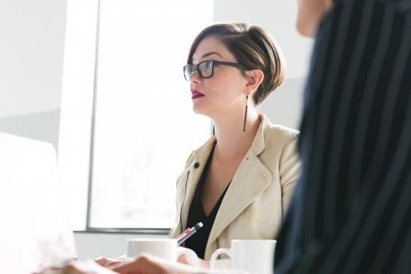 玻璃的妇女在会议上