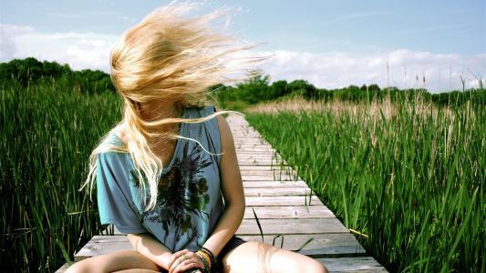 风吹着金色的头发