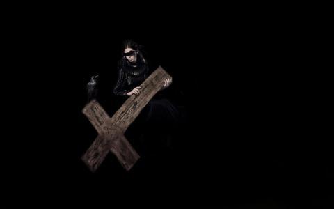 背着十字架的女人